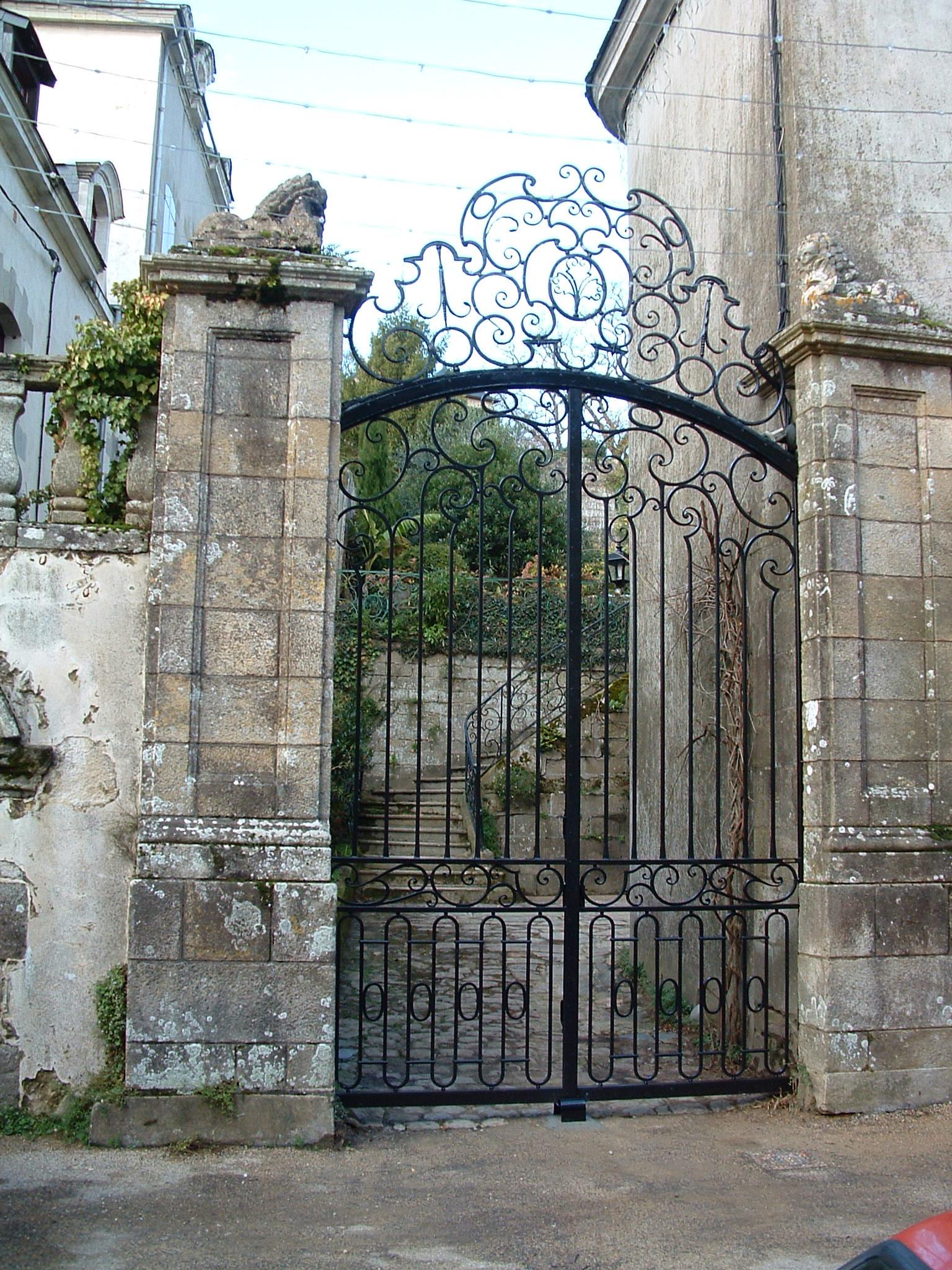 portail de style avec imposte fixe, fer forgé