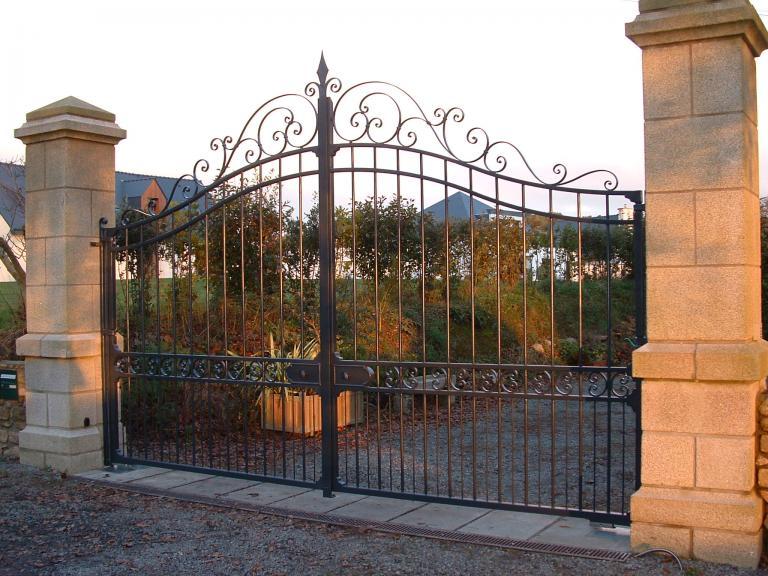 portail de grande taille en fer forgé, galvanisé et peint