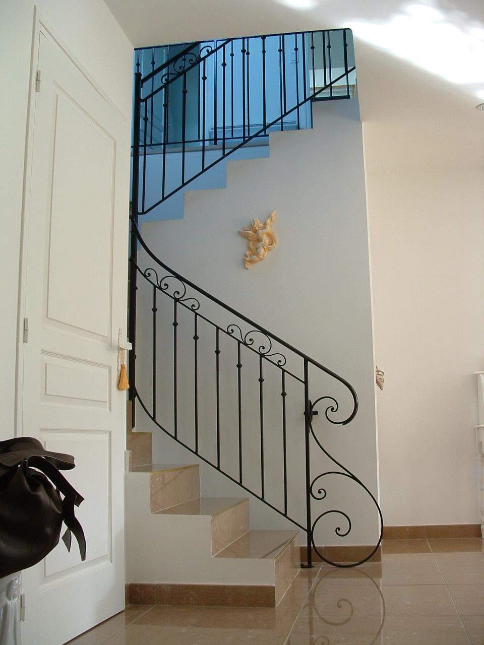 rampe classique avec départ forgé décoratif, peinture noire satinée