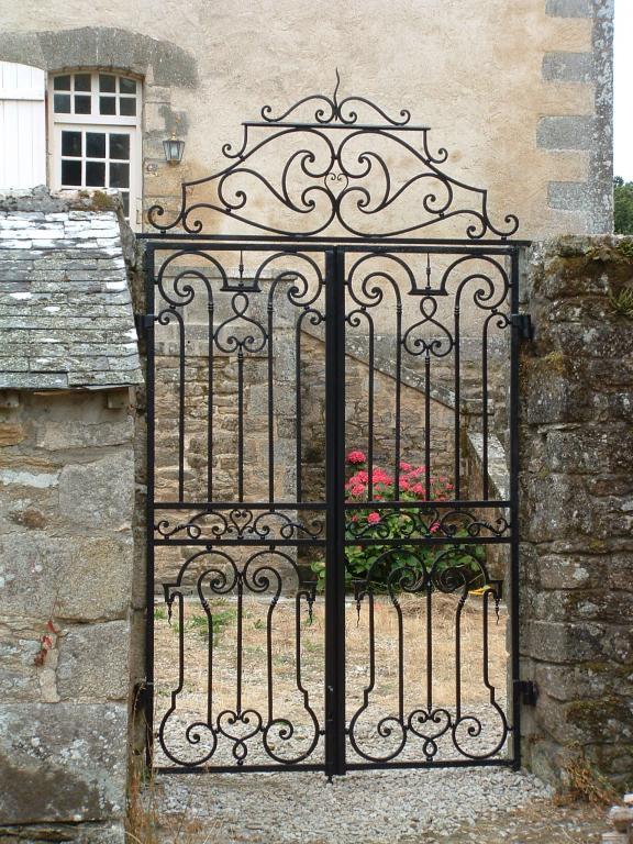 petit portail de style avec imposte fixe, forgé