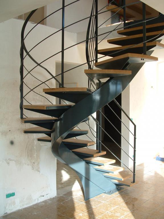escalier à limon caissonné, marches bois